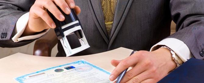 homem-carimbando-documento-1287603200121_560x400