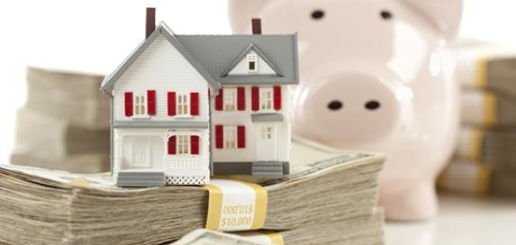 house-on-money-pile-with-piggy-bank_573x300